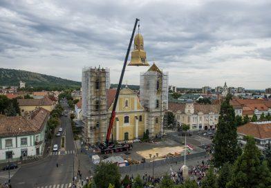 Látványos! Így emelik daruval a helyére a gyöngyösi Szent Bertalan-templom toronysisakját